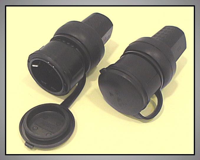 AC 250V 16A földelt aljzat, 2P+F fekete, gumírozott IP44, védősapkával CSAT-P025A